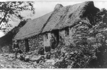 1200px-Irish_family_in_front_of_peasant_house_with_thatched_roof,_Ireland_LCCN2017656338
